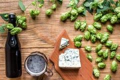 Fundo da cerveja Cerveja fresca e o queijo salgado em uma tabela de madeira Vista superior Fotografia de Stock