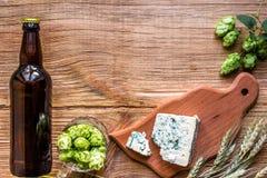 Fundo da cerveja Cerveja fresca e o queijo salgado em uma tabela de madeira Vista superior Imagem de Stock