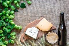 Fundo da cerveja Cerveja fresca e o queijo salgado em uma tabela Vista superior Imagens de Stock Royalty Free