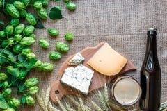Fundo da cerveja Cerveja fresca e o queijo salgado em uma tabela Vista superior Imagens de Stock