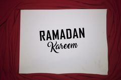 Fundo da cor de Ramadan Kareem Red fundo do feriado de Ramadan Kareem da decora??o Mubarak Islamic Feast Greetings Turkish: Ramaz fotografia de stock royalty free