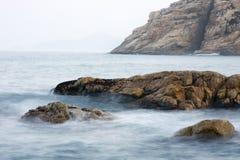 Fundo da costa da rocha Imagens de Stock Royalty Free