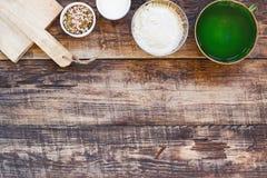 Fundo da cozinha com os ingredientes orgânicos para o cozimento tradicional foto de stock