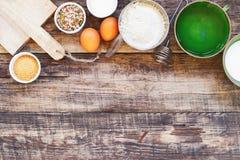 Fundo da cozinha com os ingredientes orgânicos para o cozimento tradicional imagens de stock royalty free
