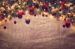 Fundo da decoração das luzes de Natal sobre o pano de linho Vista superior Fotografia de Stock Royalty Free