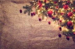Fundo da decoração das luzes de Natal sobre o pano de linho Vista superior Foto de Stock Royalty Free