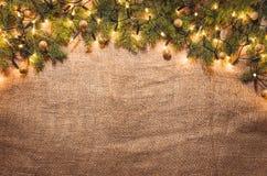 Fundo da decoração das luzes de Natal sobre o pano de linho Vista superior Imagem de Stock