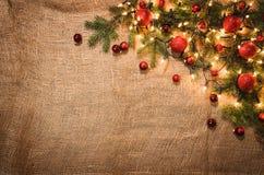 Fundo da decoração das luzes de Natal sobre o pano de linho Vista superior Fotografia de Stock