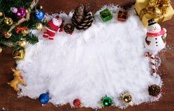 Fundo da decoração do Natal ou do ano novo cones do pinho do presente Imagens de Stock