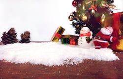 Fundo da decoração do Natal ou do ano novo cones do pinho do presente Foto de Stock Royalty Free