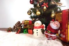 Fundo da decoração do Natal ou do ano novo cones do pinho do presente Imagem de Stock