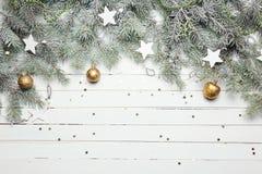 Fundo da decoração do Natal ou do ano novo: ramos da pele-árvore, bolas de vidro coloridas e estrelas de brilho no branco Foto de Stock