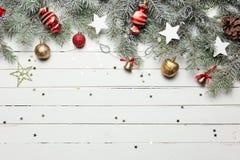 Fundo da decoração do Natal ou do ano novo: ramos da pele-árvore, bolas de vidro coloridas e estrelas de brilho no branco Imagem de Stock Royalty Free