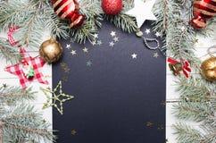 Fundo da decoração do Natal ou do ano novo: ramos da pele-árvore, bolas de vidro coloridas e estrelas de brilho no branco Foto de Stock Royalty Free