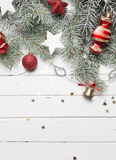 Fundo da decoração do Natal ou do ano novo: ramos da pele-árvore, bolas de vidro coloridas e estrelas de brilho no branco Fotografia de Stock Royalty Free