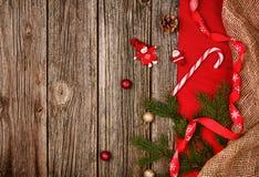 Fundo da decoração do Natal sobre a tabela de madeira com o pano vermelho e de linho Imagens de Stock Royalty Free