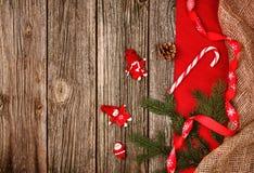 Fundo da decoração do Natal sobre a tabela de madeira com o pano vermelho e de linho Fotos de Stock Royalty Free