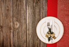 Fundo da decoração do Natal sobre a tabela de madeira com pano vermelho Imagens de Stock