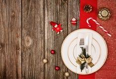 Fundo da decoração do Natal sobre a tabela de madeira com pano vermelho Fotos de Stock Royalty Free