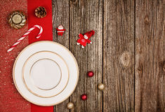 Fundo da decoração do Natal sobre a tabela de madeira com pano vermelho Foto de Stock Royalty Free