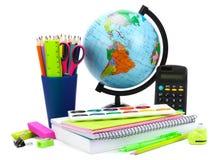 Fundo da escola Globo com lápis coloridos, pena, dores, papel para a educação escolar isolado no branco Imagem de Stock