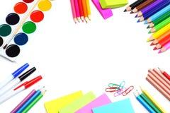 Fundo da escola lápis coloridos, pena, dores, papel para a escola e educação do estudante isolados no branco Foto de Stock