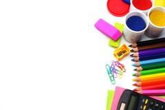 Fundo da escola lápis coloridos, pena, dores, papel para a escola e educação do estudante no branco Imagem de Stock Royalty Free