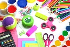 Fundo da escola lápis coloridos, pena, dores, papel para a escola e educação do estudante no branco Foto de Stock