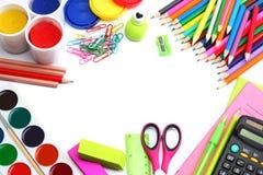 Fundo da escola lápis coloridos, pena, dores, papel para a escola e educação do estudante no branco Fotografia de Stock Royalty Free