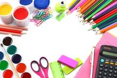 Fundo da escola lápis coloridos, pena, dores, papel para a escola e educação do estudante no branco Fotografia de Stock