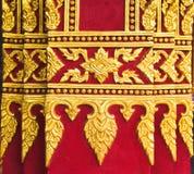 Fundo da escultura colorida da coluna no templo do Lao, Laos imagem de stock royalty free