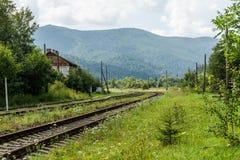 Fundo da estação, do curso e da viagem da carga da vila da estrada de ferro imagens de stock