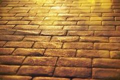 Fundo da estrada das lajes de pedra com fim da reflexão do sol acima Fotos de Stock Royalty Free