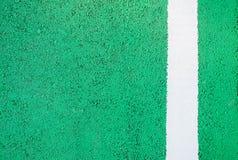 Fundo da estrada do verde com beiras brancas Imagem de Stock