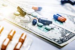 Fundo da farmácia Comprimidos em uma cédula isolada em um fundo branco Tipos diferentes de cápsulas na cédula dos dólares Dinheir Foto de Stock