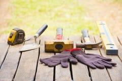 Fundo da ferramenta da alvenaria tal como a luva e a fita métrica e o malho com pá de pedreiro e nível e etc. Ferramenta do artes Imagens de Stock Royalty Free