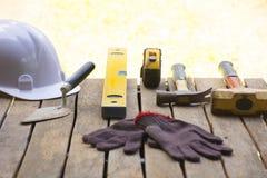 Fundo da ferramenta da alvenaria tal como a luva e a fita métrica e o malho com pá de pedreiro e o nível com capacete e etc. Fund Imagens de Stock Royalty Free