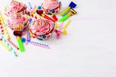 Fundo da festa de anos com o queque cor-de-rosa da geada do buttercream Fotografia de Stock Royalty Free
