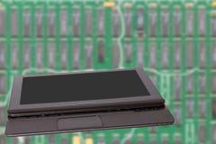 Fundo da informática Feche acima do portátil portátil moderno com uma tela vazia escura ou preta na frente de brilhante borrada fotografia de stock royalty free