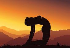 Fundo da ioga Ioga praticando da jovem mulher na montanha, silhueta - vector a ilustração Imagem de Stock Royalty Free