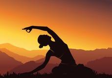 Fundo da ioga Silhueta da mulher que faz a ioga na montanha - vector a ilustração Imagem de Stock