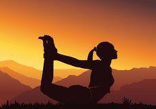 Fundo da ioga Silhueta da mulher que faz a ioga na montanha - vector a ilustração Imagens de Stock Royalty Free