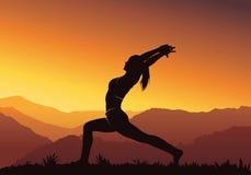 Fundo da ioga Silhueta da mulher que faz a ioga na montanha - vector a ilustração Fotografia de Stock