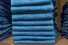 Fundo da loja das calças de brim fotografia de stock royalty free
