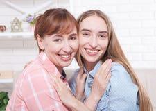 Fundo da mãe e da filha em casa Mulheres de sorriso Gravidez adiantada Dia da mãe Beleza da natureza da mulher imagem de stock royalty free