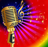 Fundo da música com o microfone e a nota do ouro (en) Imagens de Stock