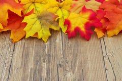 Fundo da madeira de Autumn Leaves e do tempo Fotos de Stock Royalty Free