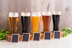 Fundo da madeira do gosto da cerveja do ofício foto de stock royalty free