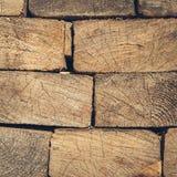 Fundo da madeira empilhada cortada na madeira esquadrada Foto de Stock Royalty Free
