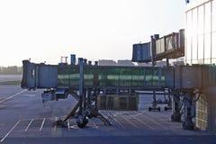 Fundo da manhã das partidas das chegadas do aeroporto da luva da escada fotografia de stock royalty free